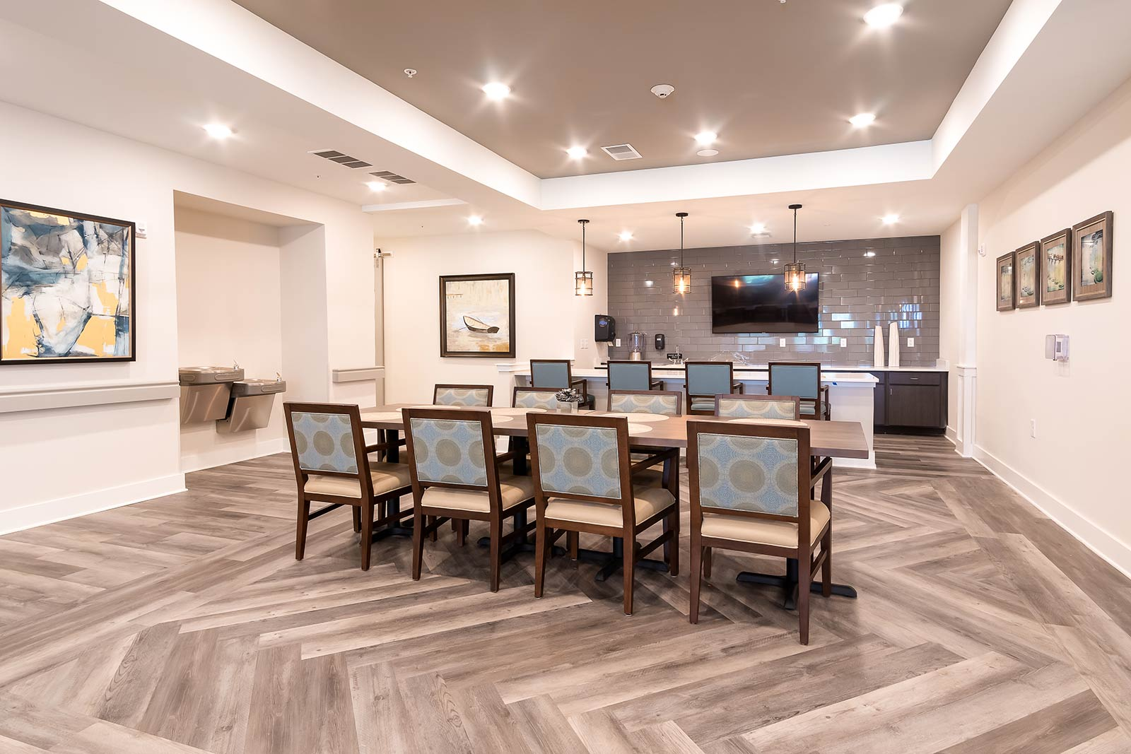 Lounge area with bar seating, TV, table and chairs in our Plant City FL assisted living and memory care community